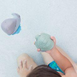HEVEA_badspeelgoed_walvis_schildpad_sfeer
